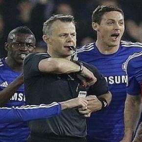 A Chelsea-játékosok közre fogják a játékvezetőt