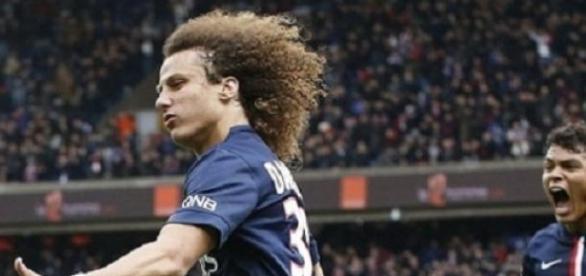 David Luiz celebruje gola przeciwko byłym kolegom
