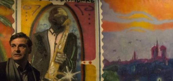 Le commissaire de l'expo devant une toile d'Ali.