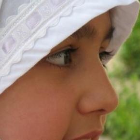 Muslimisches Mädchen mit Kopftuch