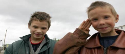 Orosz utcagyerekek viccesen pózolnak, belül sírnak