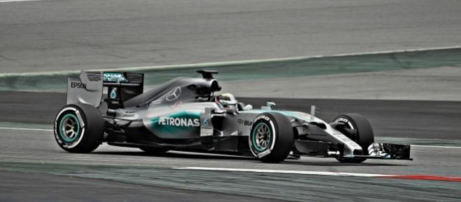 Mercedes continua dominadora em 2015