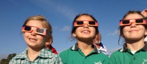 gyerekek spec napfogyatkozast nezo szemuvegben