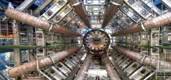 Az LHC mini fekete lyukakat is létrehozhat