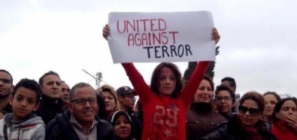 Une fillette tunisienne lance un message au monde.