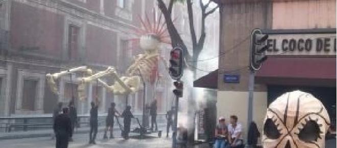 Efectos especiales durante la filmación de la saga deJames Bond,Spectre 007, en la calle de Tacuba en el Centro Histórico de la Ciudad de México. Los capitalinos acuden a ver la grabación de escenas.