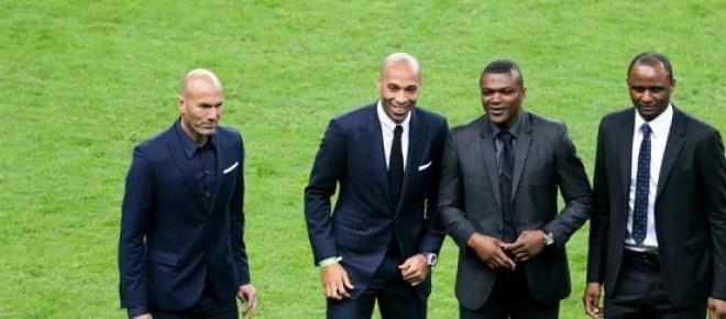 Zinedine Zidane, Thierry Henry, Marcel Desailly et Patrick Vieira acclamés par le public du Stade de France le jeudi 26 mars 2015 avant le match amical France/Brésil.