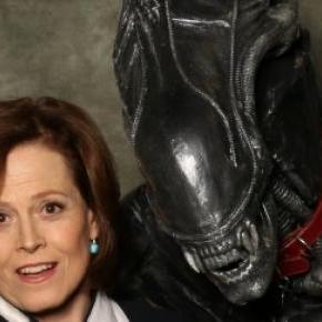 Sigourney Weaver con un Alien
