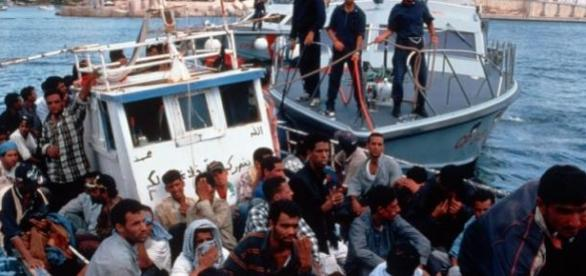 Migrants rescue boat off the Italian coasts