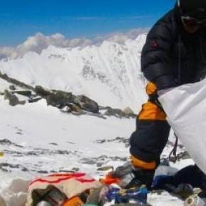 Beaucoup de déchets sont laissés sur l'Everest.
