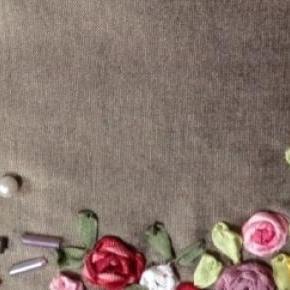 Broderie fleurie aux rubans