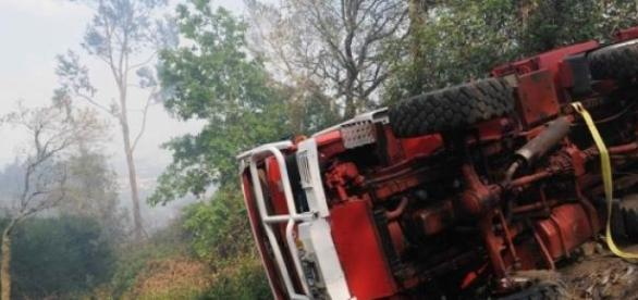 Viatura dos bombeiros capotou e fez um ferido.