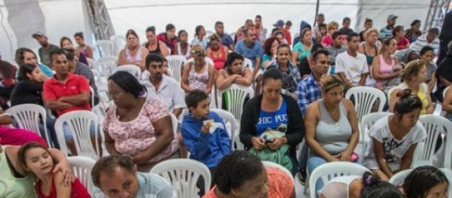 Pacientes aguardam atendimento em tenda em SP