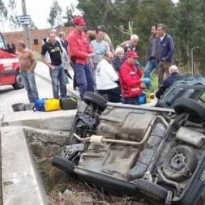Carro ficou capotado no interior de um tanque