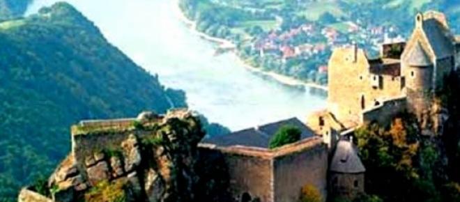 Aggstein - ruiny zamku położone na wysokim wzgórzu nad Dunajem