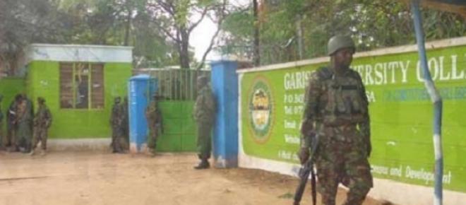 Entrada de la Universidad patrullada por militares