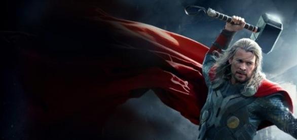 Thor villámisten kezében a Mjölnirrel