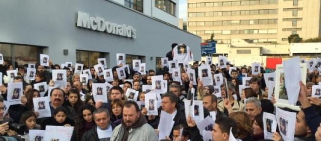 """Quelle: Facebookseite: """"Tugce zeigte Zivilcourage, zeigen wir ihr unseren Respekt"""".Freunde und Unterstützer der Familie bei einer Mahnwache vor dem Tatort.<br />"""