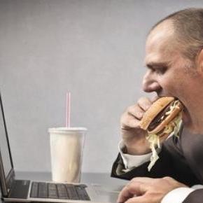 A képen látható életforma bizony elhízáshoz vezet