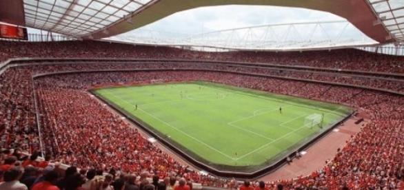 Emirates Stadium irá receber o líder inglês
