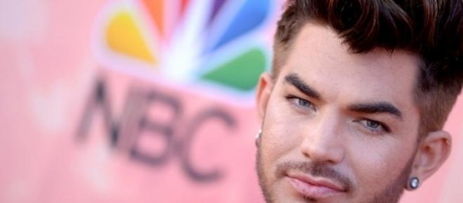 """Adam Lambert estuvo en la alfombra roja de los I Heart Radio Awards 2015, después de ser elegido el """"gay más guapo y deseado del mundo""""."""