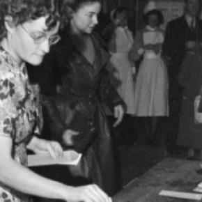 Une femme vote en 1945 pour les législatives