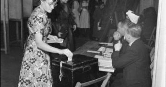 29 avril 1945 les femmes votent pour la premi re fois. Black Bedroom Furniture Sets. Home Design Ideas