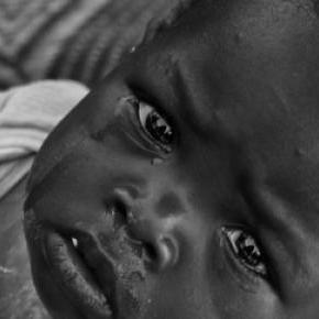 Kleines Kind in Mali. Bekanntes Motiv - Stereotyp.