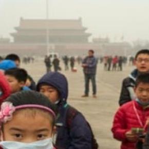 Pekingi gyerekek védőmaszkban a Tienanmen téren