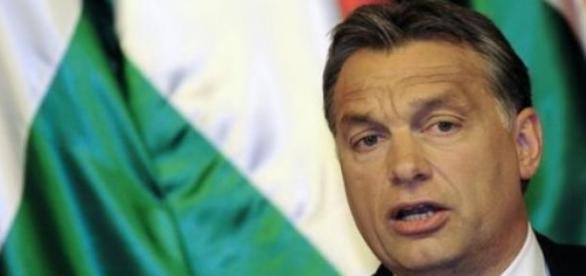 Csak tudnánk mit keresel a magyar zászló előtt.