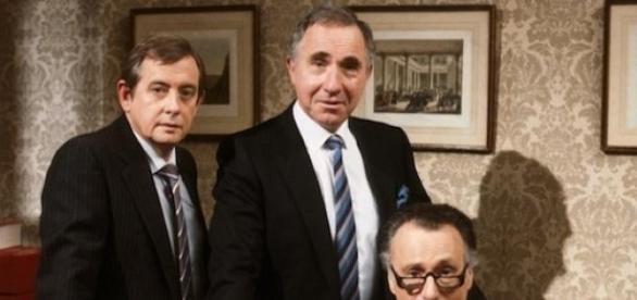 Középen Sir Humphrey Appleby, kabinetfőnök