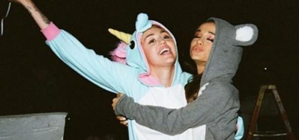 Miley Cyrus és Ariana Grande kezeslábasban
