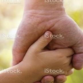 Kéz a kézben apuka és kisfia