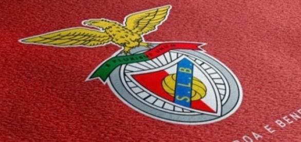 Jogador do Benfica recebe prémio.