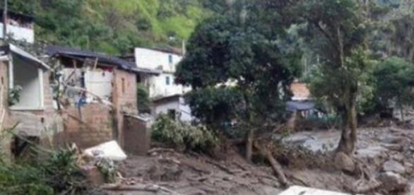 La boue et les décombres recouvrent Salgar.