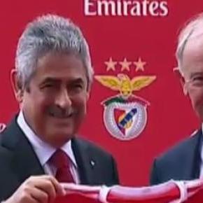 Presidente da Emirates recebe camisola do Benfica