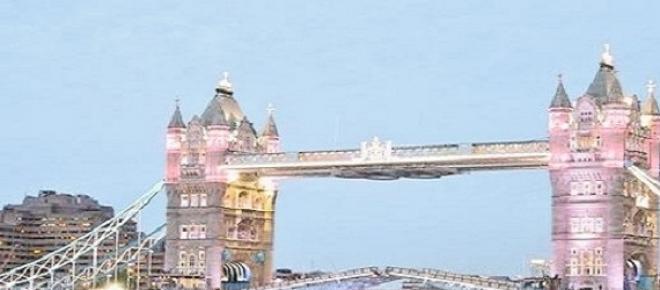 Tower Bridge colorat în roz