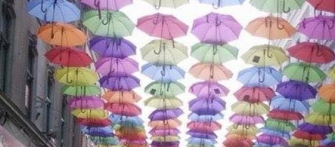 Strada Alba Iulia din Timișoara arată, din nou, ca desprinsă din povești, cu umbrele colorate