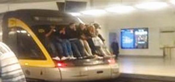 """Train surfing"" no metro do Porto"