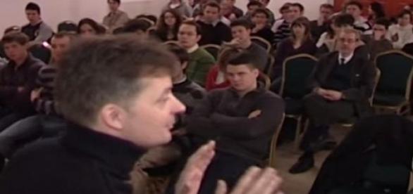 Kubatov Gábor a gimnazistáknak tart előadást