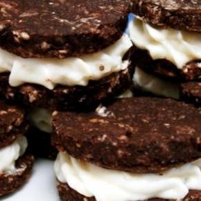 Kakaós keksz, tejkrémmel töltve