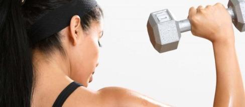 A súlyzós edzés nem tesz férfiassá