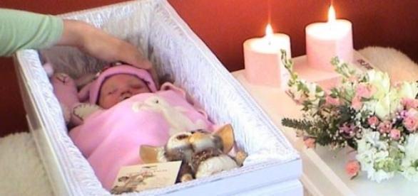 o fetita a inviat la inmormantare