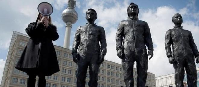Obra de David Dormino atraindo uma cidadã alemã