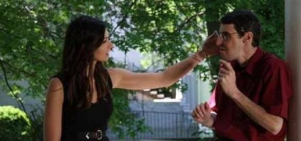 Rebekah mângâie faţa bărbatului cu chipul fratelui