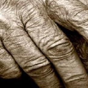 Idős emberek és a karperec