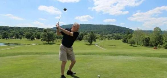 Szívszorító látványt nyújt egy gazdag golfjátékos
