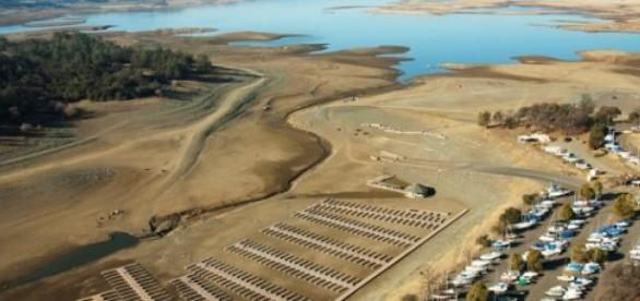 Des lacs sont secs dans l'État de la Californie.