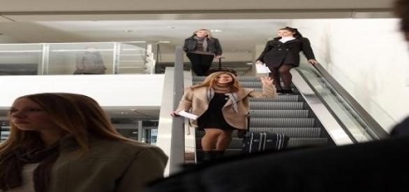 Siető emberek az aluljáróban
