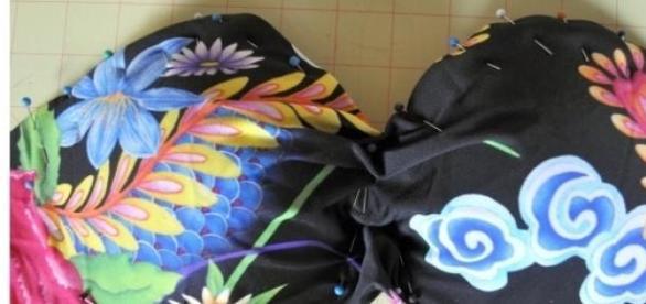 Gombostűkkel, varrás előtt (www.tashadelrae.com)